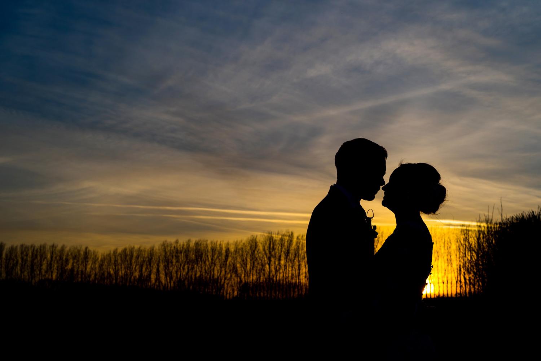silhouette og bride and groom